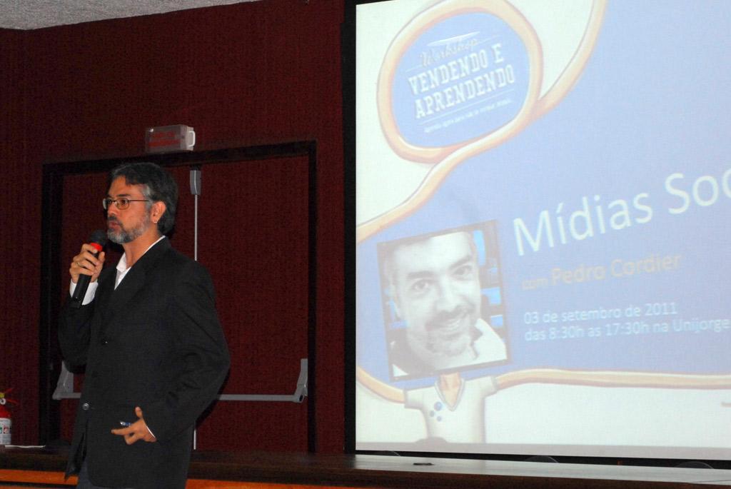 Pedro Cordier, especialista em Comunicação, Criatividade e Conectividade, ministrando o módulo sobre Mídias Sociais do Workshop Vendendo e Aprendendo.